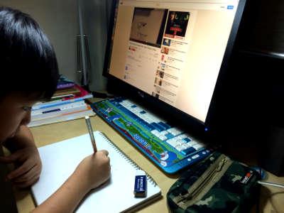 小展峰很努力的看着 YouTube 学画画