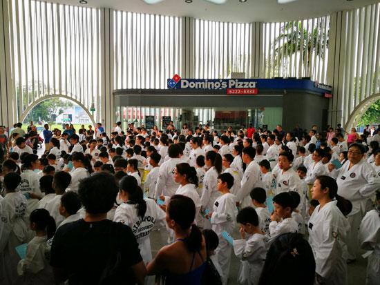 人山人海,全是等着参与考试的学员,来自不同道馆。